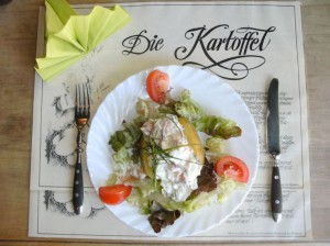 Folienkartoffel mit Raeucherlachs-Gurken-Salat