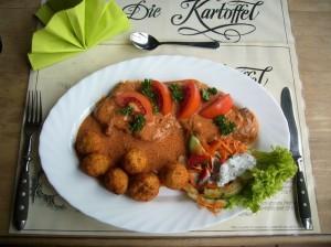 Paprikaschnitzel mit Kartoffelnbällchen und Salatbeilage