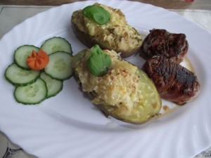 Gefuellte Kartoffel mit Schweinefilet im Speckmantel