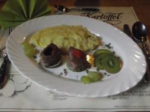 Spargel-Kartoffelpüree mit Schweinefilet und Kaviar
