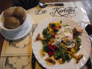 Pochierte Eier auf Feldsalat mit Pellkartoffeln und Frankfurther grüner Soße