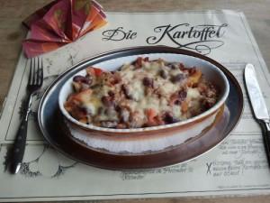 Kartoffelstäbchen mit Chili con Carne und Käse überbacken