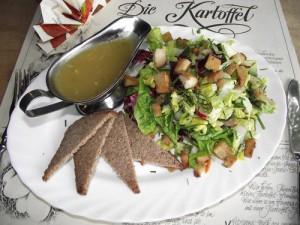 Salat der Saison mit Kartoffeldressing
