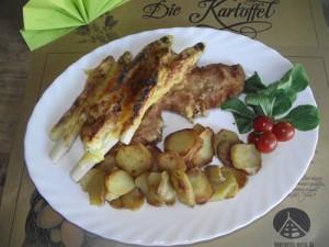Schnitzel mit Spargel und Käse überbacken