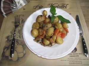 Pikante Ofenkartoffel mit Oliven, Pilze, Kirschtomaten und Basilikum