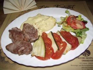 Zucchini-Tomatengemüse mit Schweinmedaillons