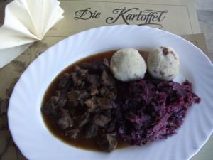 Kartoffelklöße holsteinisch an Rindergulasch mit Rotkohl
