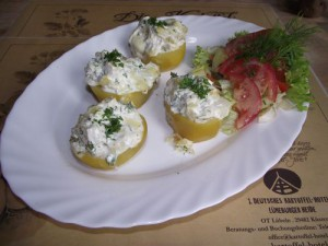 gebackene und mit Gemüse gefüllte Kartoffeln