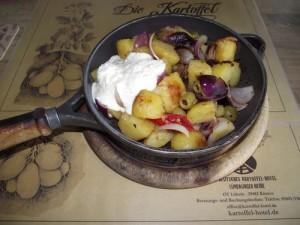 Griechische Kartoffelpfanne mit Käsecreme