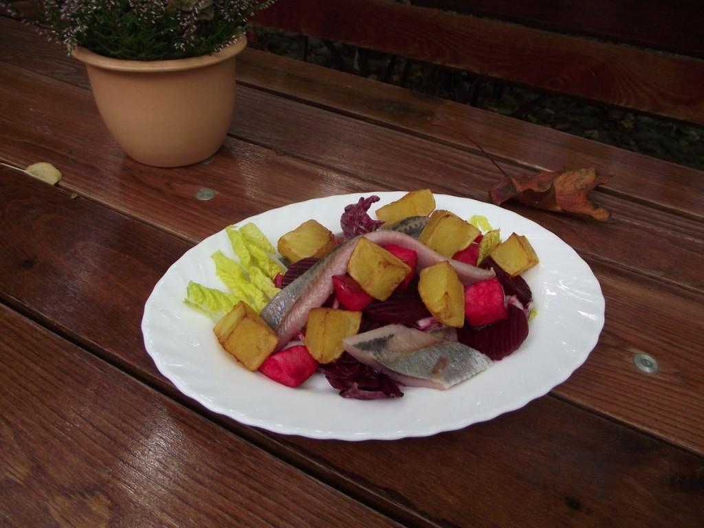 Salat von Matjes, roter Bete, Kartoffeln und Äpfeln