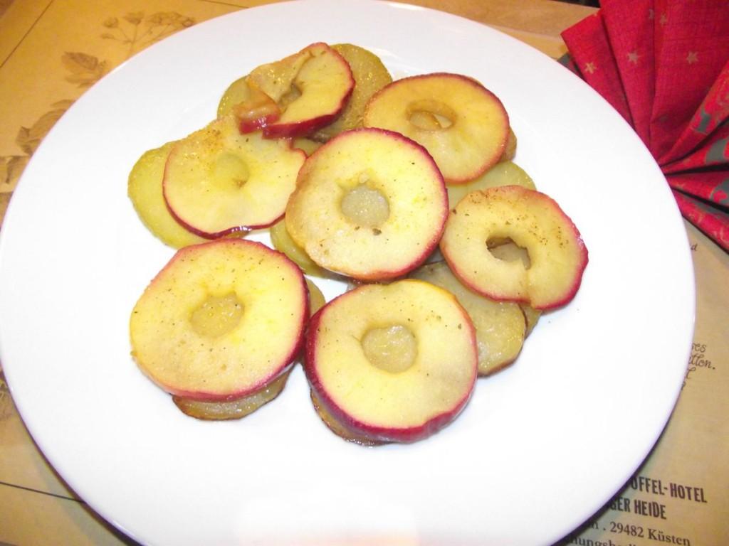 Gebratene Kartoffeln mit Apfelscheiben