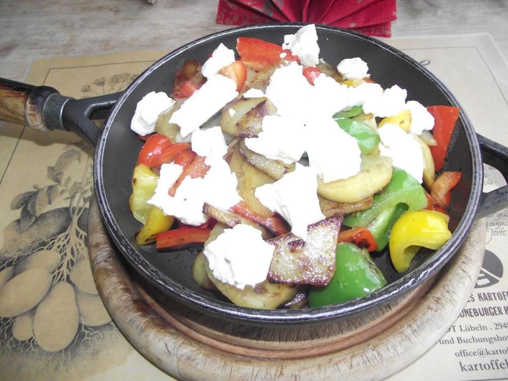 bunte Bratkartoffelpfanne mit Paprika und Schafskäse