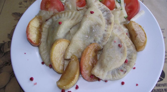 Blutwurstravioli mit Spitzkohl und geschmorten Äpfel