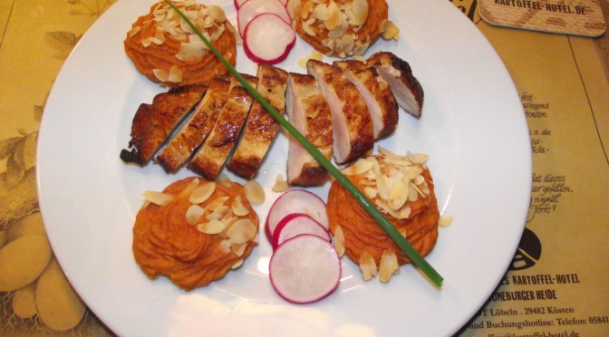 Kartoffelpüree mit Tomatenmark und Mandelblättchen überbacken