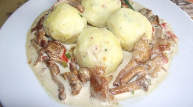 Kartoffel-Speckknödel mit Pfifferlingen in Rahm