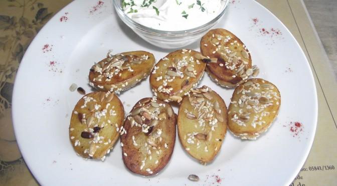Kartoffelkanapees mit Sonnenblumenkernen und Ziegenfrischkäse
