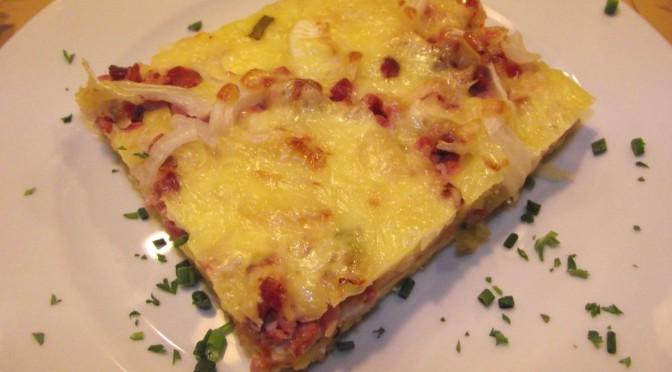 Kartoffelpizza mit Zwiebln und Speck