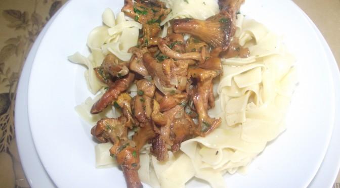 Pfifferlinge in Knoblauch mit Kartoffelnudeln