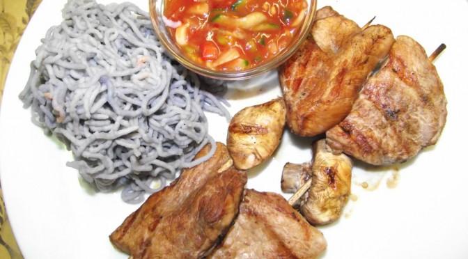 Schweinelachs-Spiesse mit scharfen Mais-Paprika-Dip
