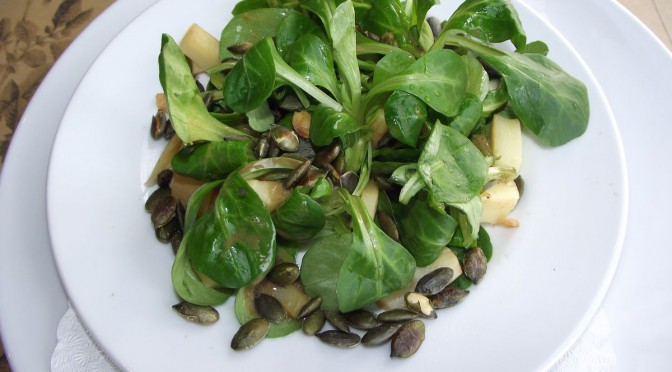 Feldsalat mit Pastinaken-Kürbiskern-Dressing