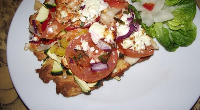 Kartoffelpizza mit Frischkäse und Gemüse