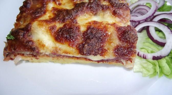 Kartoffelpizza mit Sauerkraut und Mettwurst