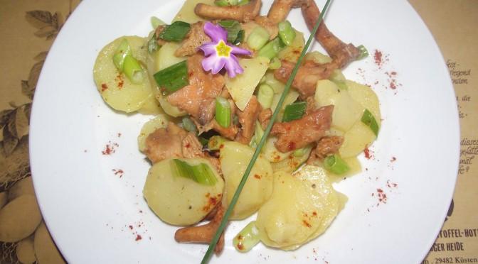Kartoffelsalat mit Pilzen und Zwiebeln