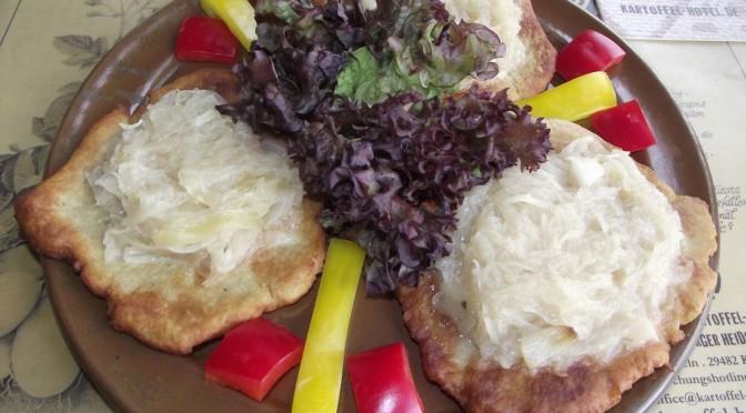 Erdäpfelflecken mit Sauerkraut