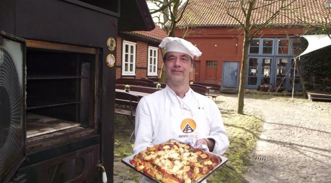 Kartoffelpizza mit Salami und Schinken