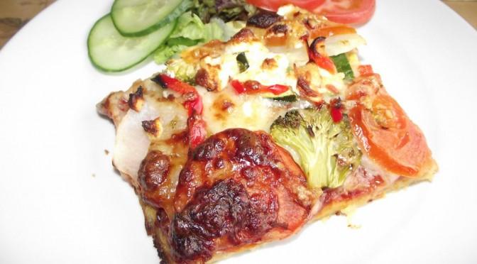 Kartoffelpizza mit Schinken und Gemüse