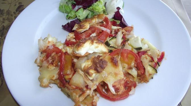 Kartoffelpizza mit Tomate und Schafskäse