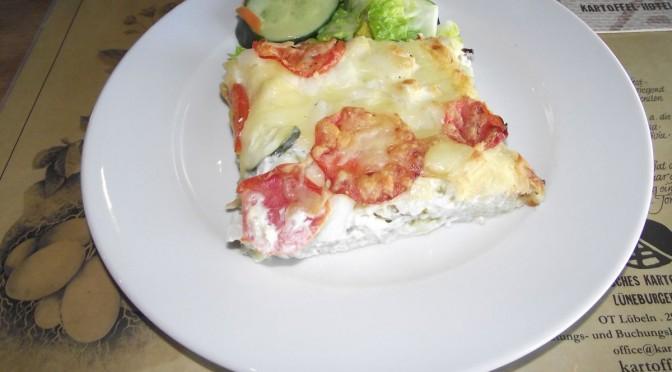 Kartoffelpizza mit Tomaten und Spargel