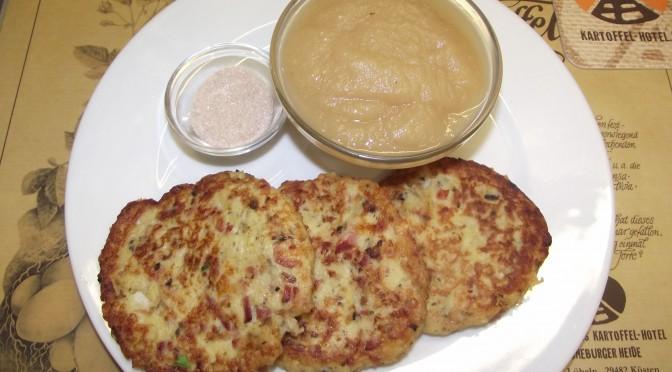 Heiße Kartoffelbrötchen mit Apfelmus, Zimt und Zucker