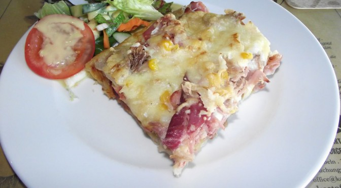 Kartoffelpizza mit Thunfisch und Kochschinken