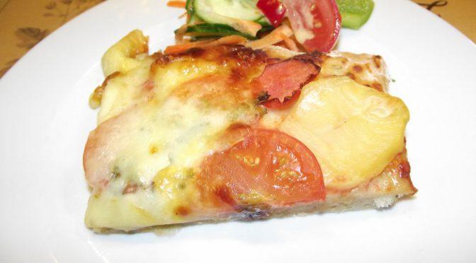 Kartoffelpizza mit Tomaten und Mozzarella