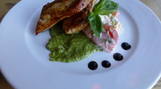Hähnchenfilet auf Tomatensalat mit grünem Pesto