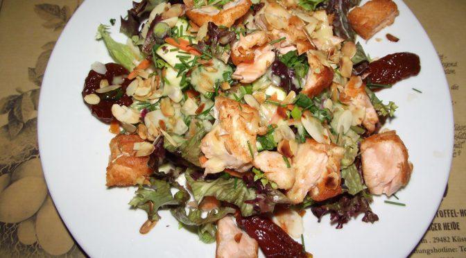 Salat mit Lachs und Mandeln
