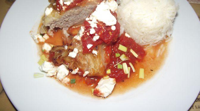 Spitzkohlröllchen in Tomatensauce