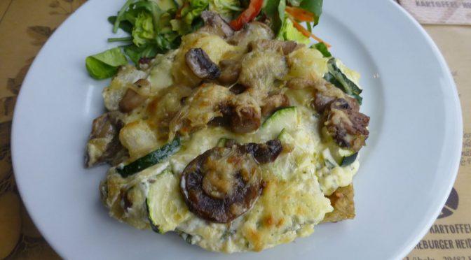 Kartoffelpizza mit Champignons und Zucchini