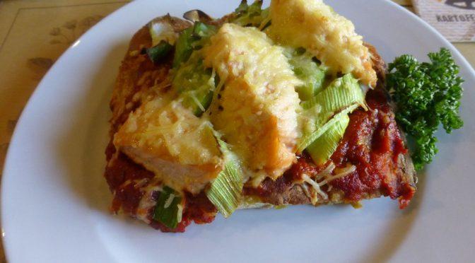 Kartoffelpizza mit Lachs und Lauch