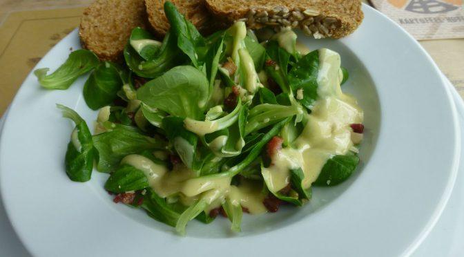 Feldsalat mit Speck und Nüssen