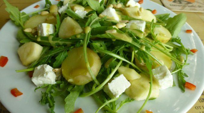 Kartoffelsalat mit Apfel und Rucola