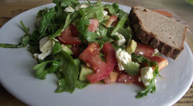 Rucola-Tomaten-Avocado-Salat mit Feta