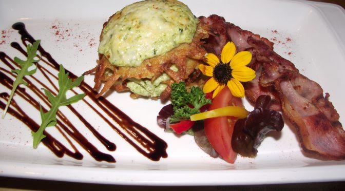 Kartoffelpuffer mit Brokkoli-Mousse und Parmesan überbacken