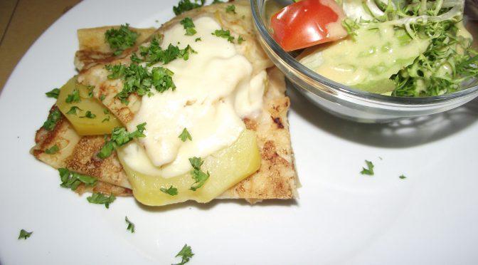 Kartoffel-Käse-Kuchen mit frischem Blattsalat