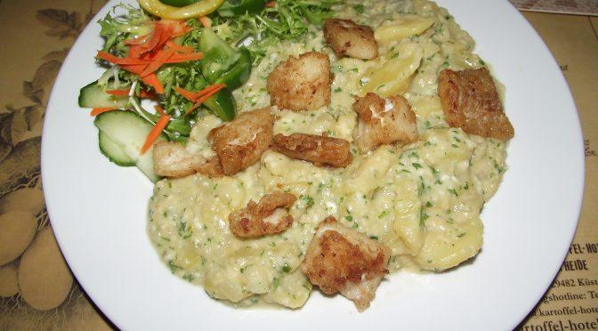 Lauwarmer Röst-Kartoffelsalat mit Lachs und Linsen