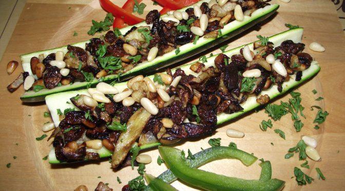 Gefüllte Zucchini mit Rosinen und Pinienkernen