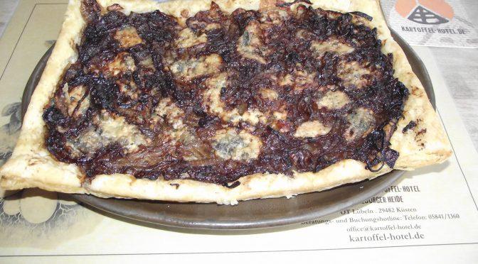 Pizza mit Zwiebel-Confit und Gorgonzola