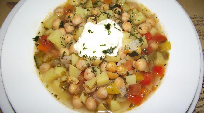 Kichererbseneintopf mit Koriander und buntem Gemüse