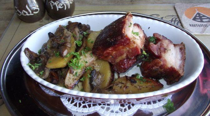 Schweinebauch mit Zwiebeln und Kartoffeln
